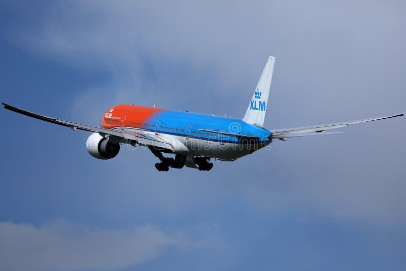 Getto arancio della livrea di orgoglio di KLM che decolla dall'aeroporto di Schiphol, AMS Vista posteriore immagini stock