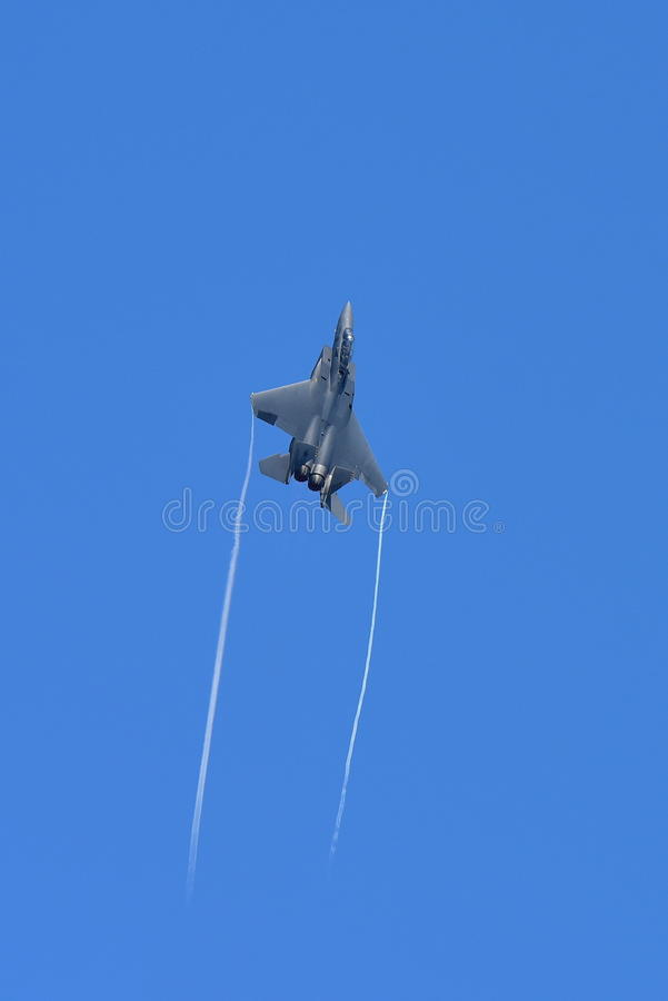 Getto del figher di RSAF F-15SG che esegue le acrobazie aeree a Singapore Airshow fotografie stock