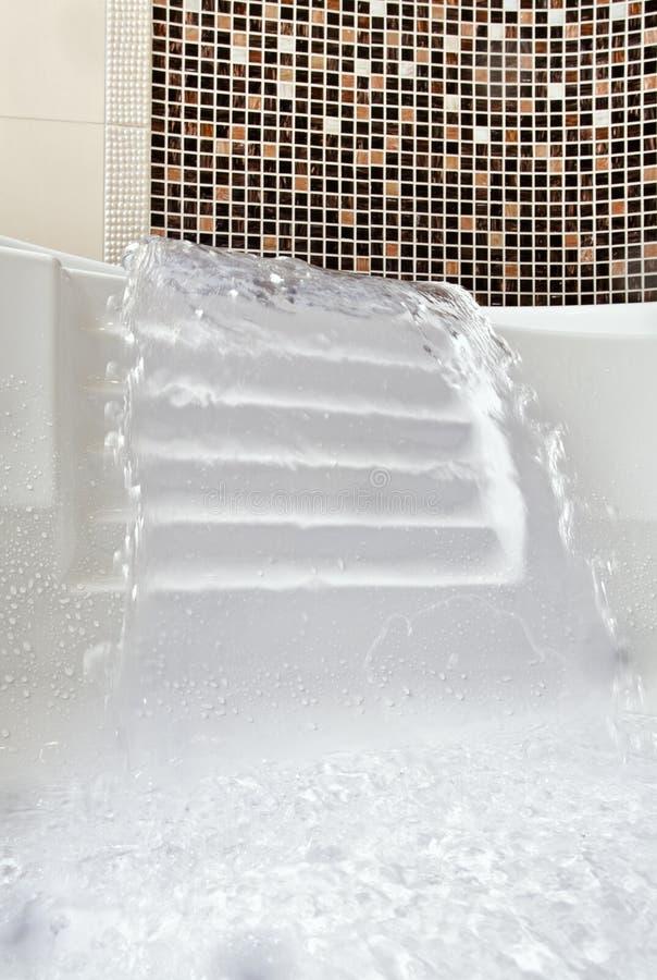 Getto di acqua di caduta in Jacuzzi immagine stock