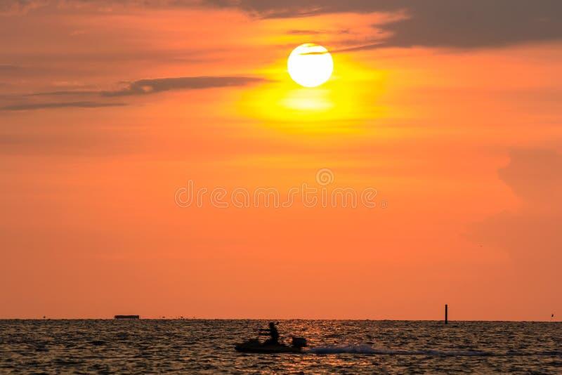 Getto-sciatore e tramonto a Bangsaen, Chonburi, Tailandia fotografie stock