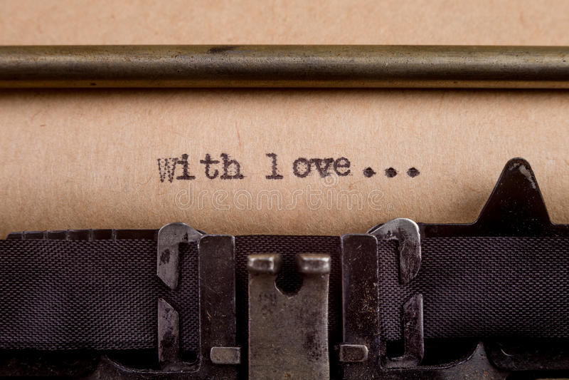 getypte woorden op een Uitstekende Schrijfmachine stock foto