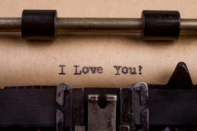 getypte woorden op een Uitstekende Schrijfmachine stock foto's