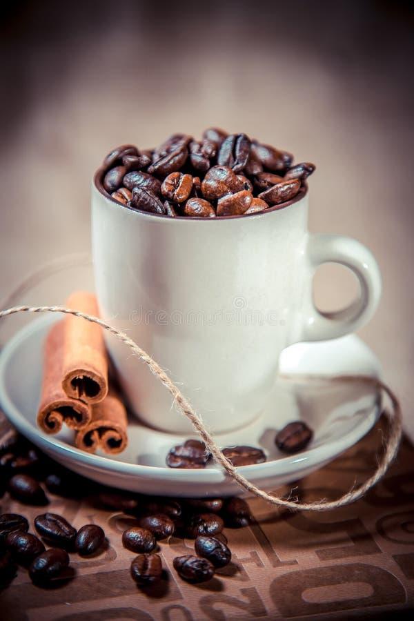 Geurige koffie op een notitieboekje, een espressokop en een schotel stock afbeelding