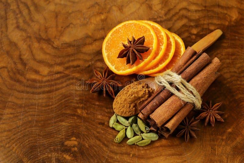 Geurige pijpjes kaneel, steranijsplant, kardemom en sinaasappel stock fotografie