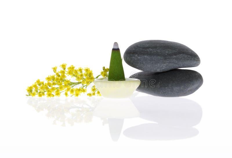 Geurige wierook, kiezelstenen en bloem stock afbeelding
