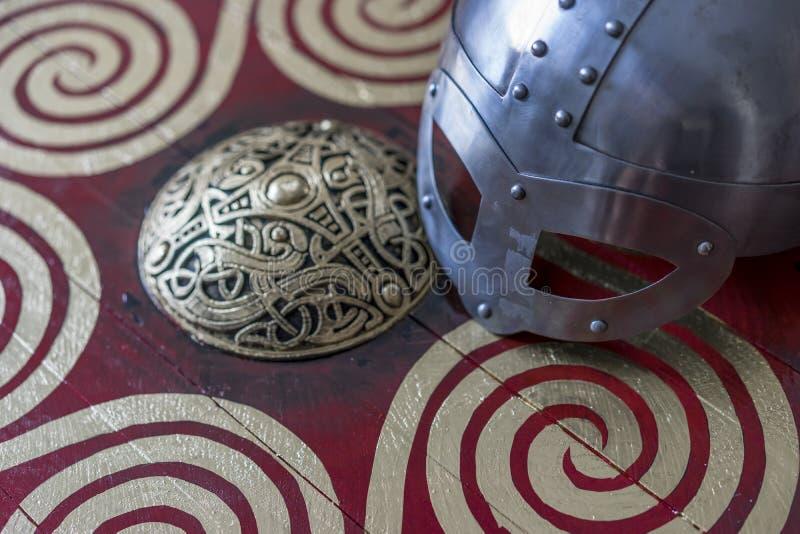 Gevaar, de helm van Viking met kettingspost op een rood schild met golde royalty-vrije stock foto's
