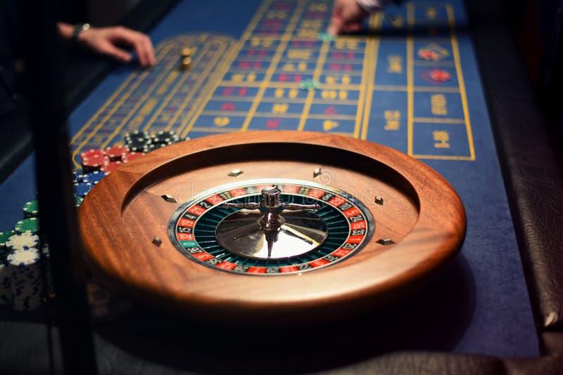 Gevaar het gokken concept Roulette het spelen Casinospelers royalty-vrije stock foto's