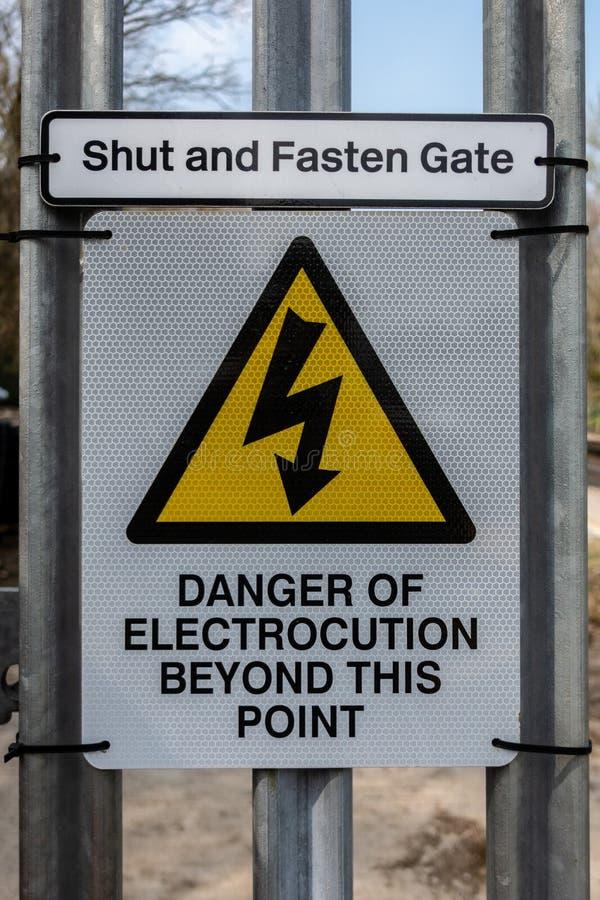 Gevaar van elektrocutieteken op een poort van de spoorwegtoegang royalty-vrije stock fotografie