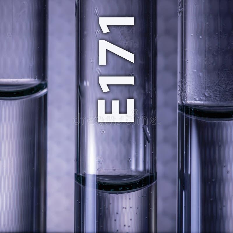 Gevaarlijk additief voor levensmiddelentitaandioxide E171 in een medische reageerbuis stock afbeelding