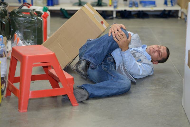Gevaarlijk ongeval in pakhuis tijdens het werk stock foto