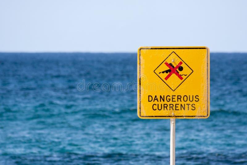 Gevaarlijk stromenteken op strand stock afbeeldingen