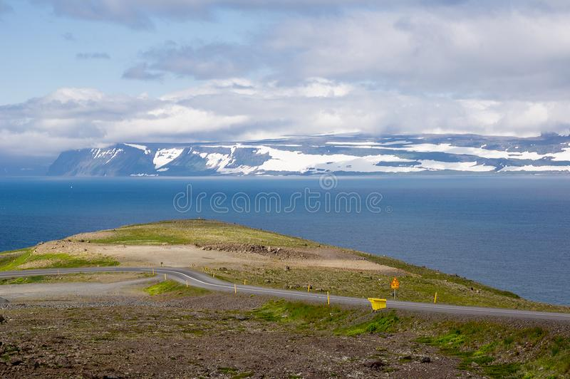 Gevaarlijke bergaf weg in IJsland dichtbij Sudavik-stad stock foto's