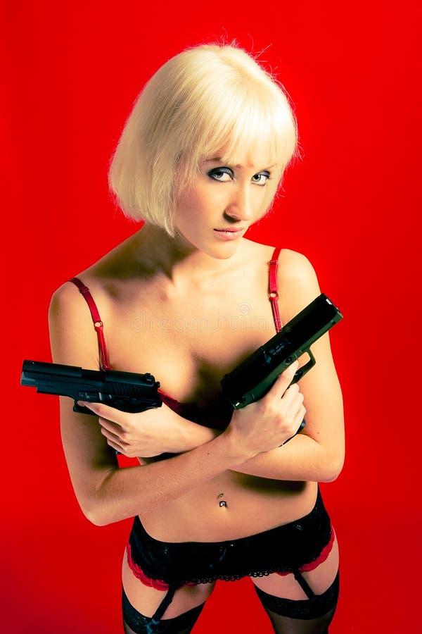 Gevaarlijke blonde vrouw royalty-vrije stock foto's