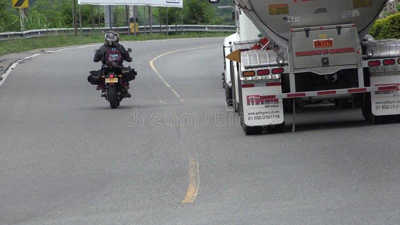 Gevaarlijke Drijfmotorfiets en Olievrachtwagen royalty-vrije stock foto's