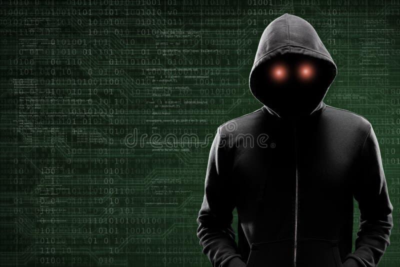 Gevaarlijke hakker over abstracte digitale achtergrond met binaire code Verduisterd donker gezicht in masker en kap Gegevensdief royalty-vrije stock foto's
