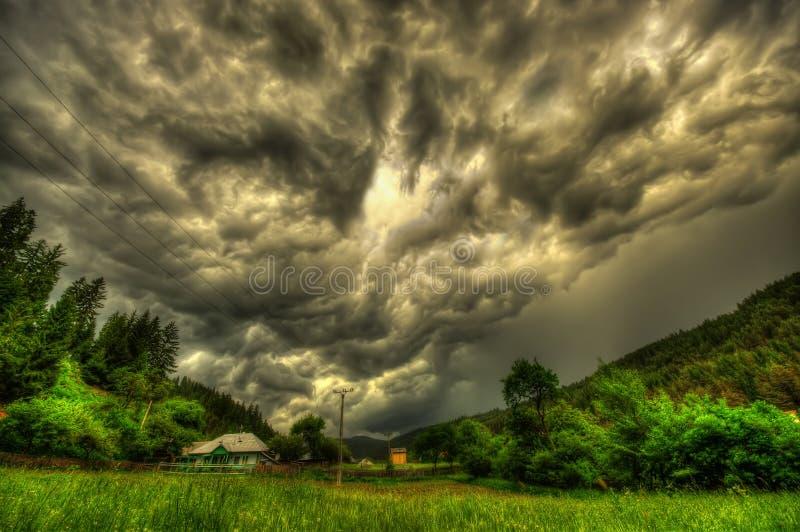Gevaarlijke onweerswolken royalty-vrije stock afbeelding