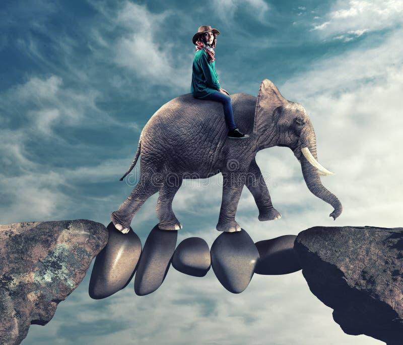 Gevaarlijke weg Reiziger en olifant het lopen stock afbeelding