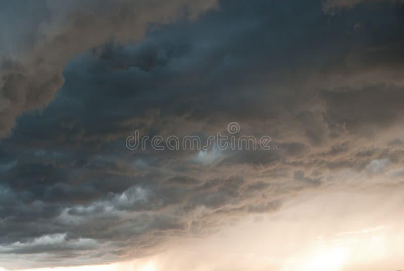 Gevaarlijke wolken na het onweer stock fotografie