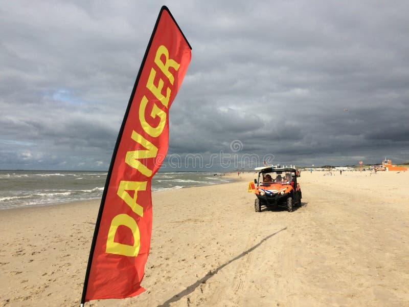 Gevaarswaarschuwingsbord op strand stock fotografie
