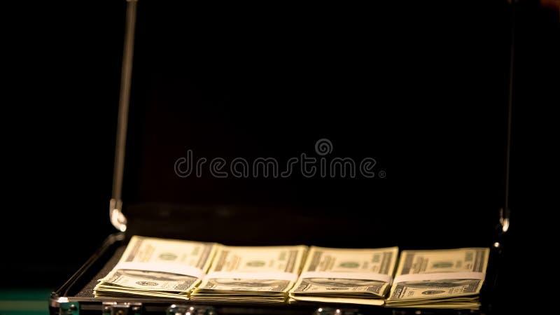 Geval met geld op zwarte achtergrond, dekmantel onwettige zaken, corruptie royalty-vrije stock foto
