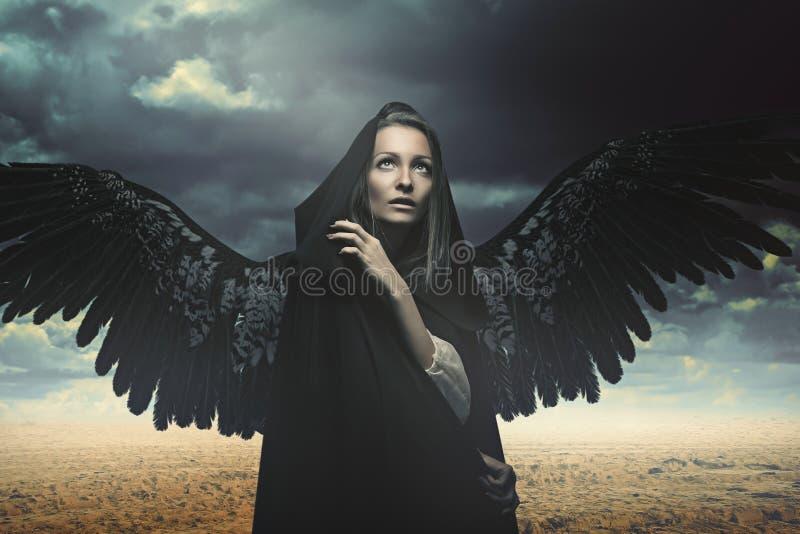 Gevallen engel in een woestijnlandschap stock foto's