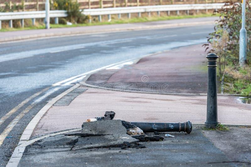 Gevallen gebroken metaalwegpost op voetpad in Engeland royalty-vrije stock foto
