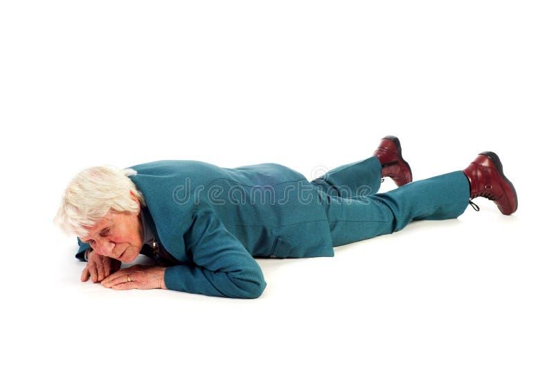 Gevallen oude vrouw stock fotografie
