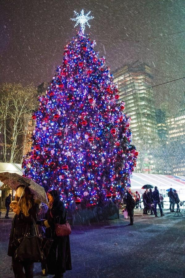 Gevallen Sneeuw en Kerstboom stock afbeeldingen
