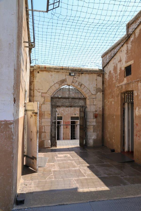 Gevangeniswerf met draadomheining op bovenkant royalty-vrije stock foto