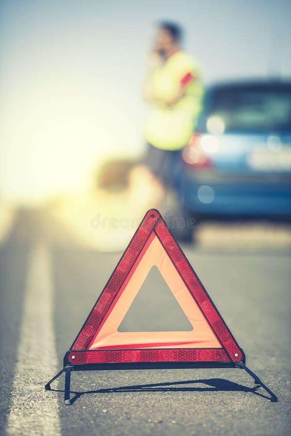 Gevarendriehoek in het midden van de weg stock foto's