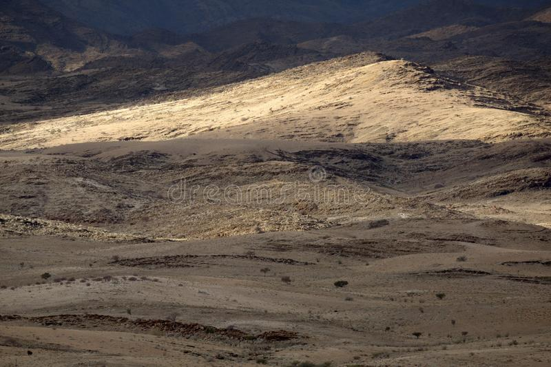 Gevarieerde niveaus van een bergketen Met mooi licht stock afbeelding