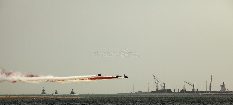 Gevechtsvliegtuigen en oorlogsschepen stock afbeeldingen
