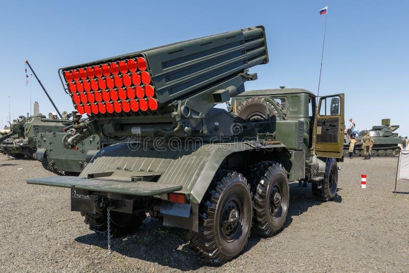 Gevechtsvoertuig 2B17 M1 van het systeem 9K51 tornado-G van de veelvoudig-lanceringsraket Achter mening stock afbeelding