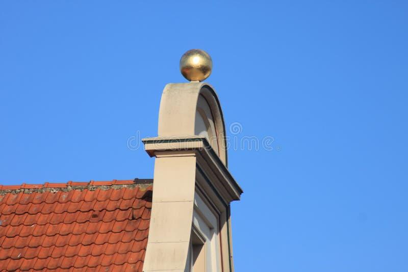Geveltop met Gouden Bal royalty-vrije stock foto's
