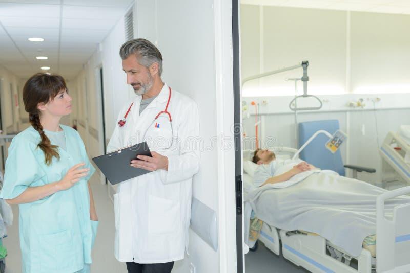 Gevend instructies aan verantwoordelijke verpleegster stock foto