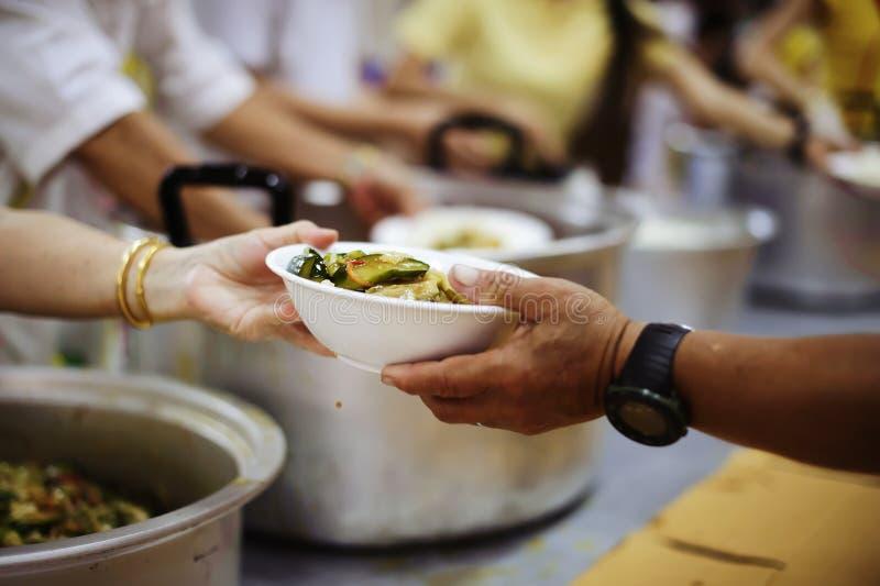 Gevend voor mede menselijke wezens in de maatschappij door voedsel te geven, die zonder Hoop geven: Het Concept Slechte Zorg royalty-vrije stock afbeelding