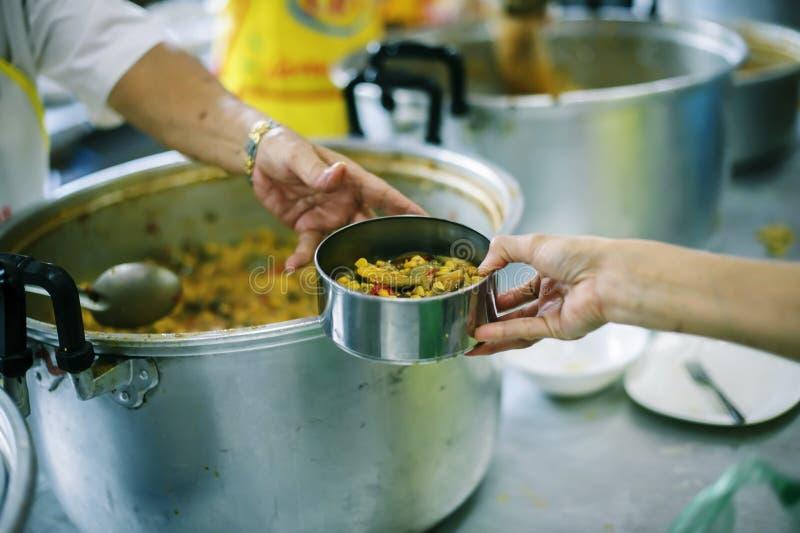 Gevend voor mede menselijke wezens in de maatschappij door voedsel te geven, die zonder Hoop geven: Het Concept Slechte Zorg royalty-vrije stock foto