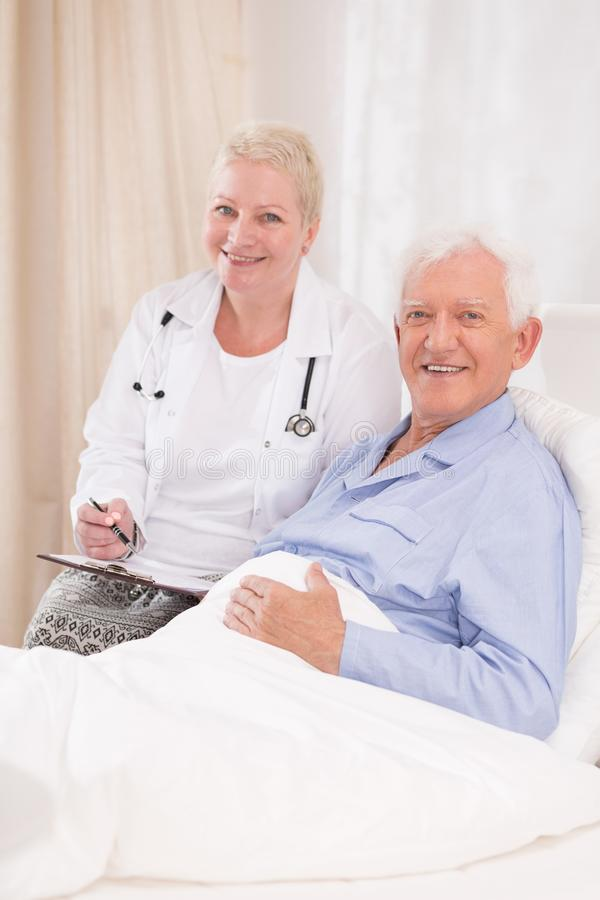 Gevende arts en haar patiënt royalty-vrije stock fotografie