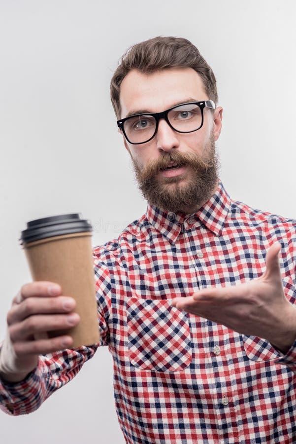 Gevende gebaarde echtgenoot die wat cappuccino zijn houdende van vrouw aanbieden royalty-vrije stock fotografie