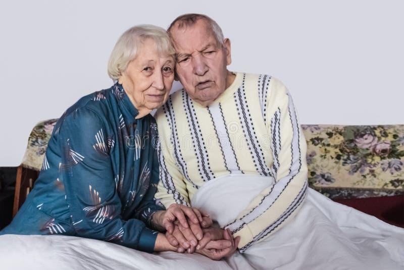 Gevende hogere vrouw die zieke echtgenoot behandelen royalty-vrije stock foto's