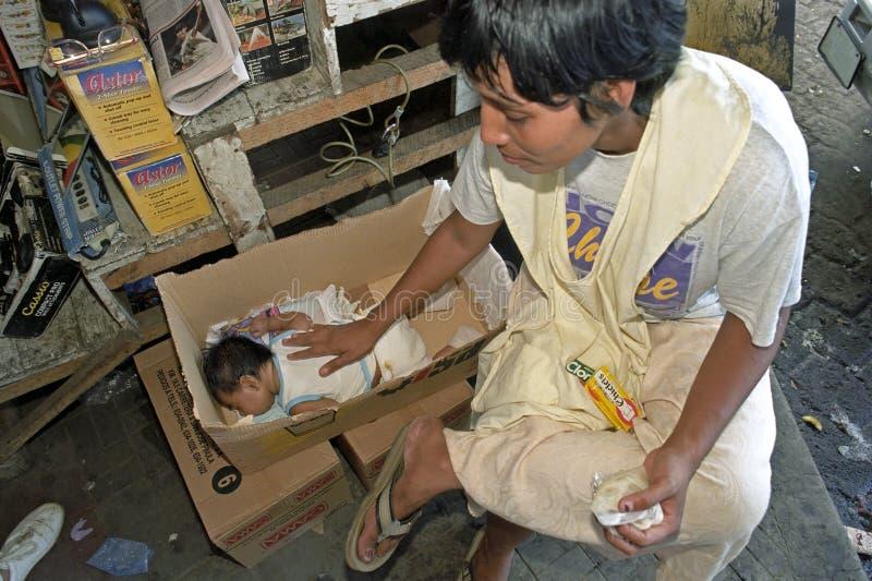Gevende latino moeder in marktkraam, Managua royalty-vrije stock foto