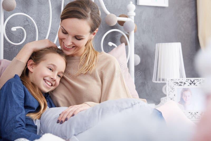 Gevende moeder en gelukkige dochter royalty-vrije stock afbeeldingen