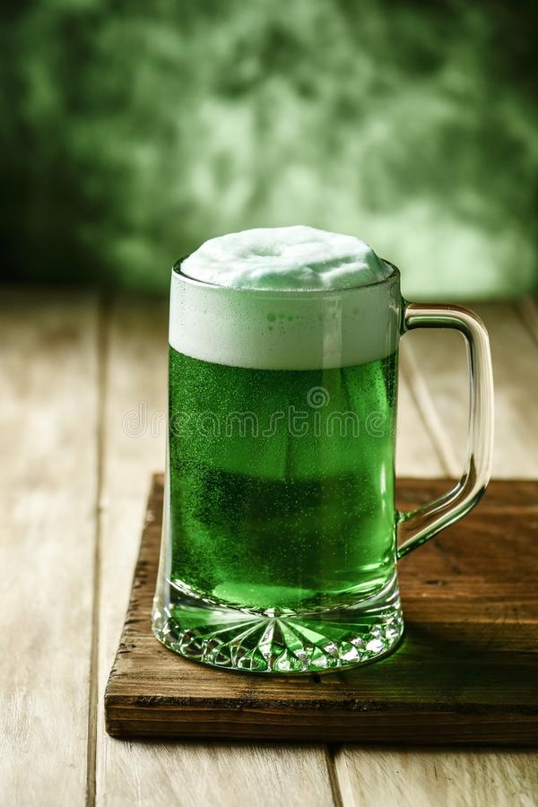 Geverft groen bier stock foto's