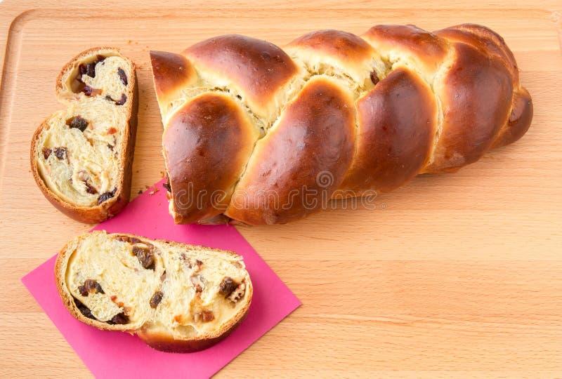 Gevlecht brood met vruchten en noten royalty-vrije stock fotografie