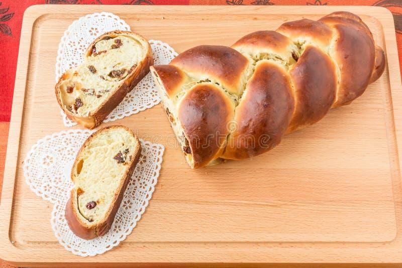 Gevlecht brood met vruchten en noten stock foto's