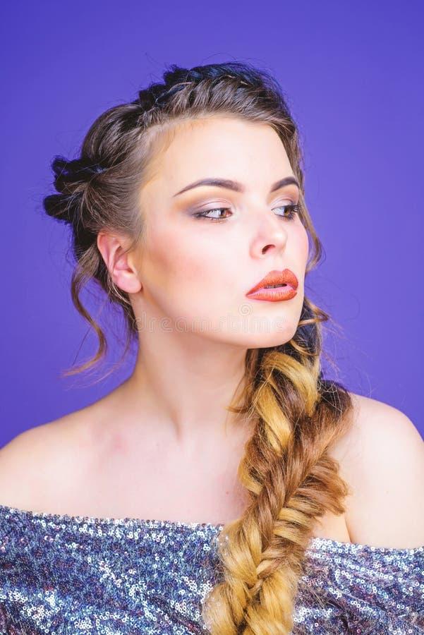 Gevlecht kapsel Het gevlechte lange haar van de meisjesmake-up gezicht Franse vlecht Professionele haarverzorging en het cre?ren  stock foto