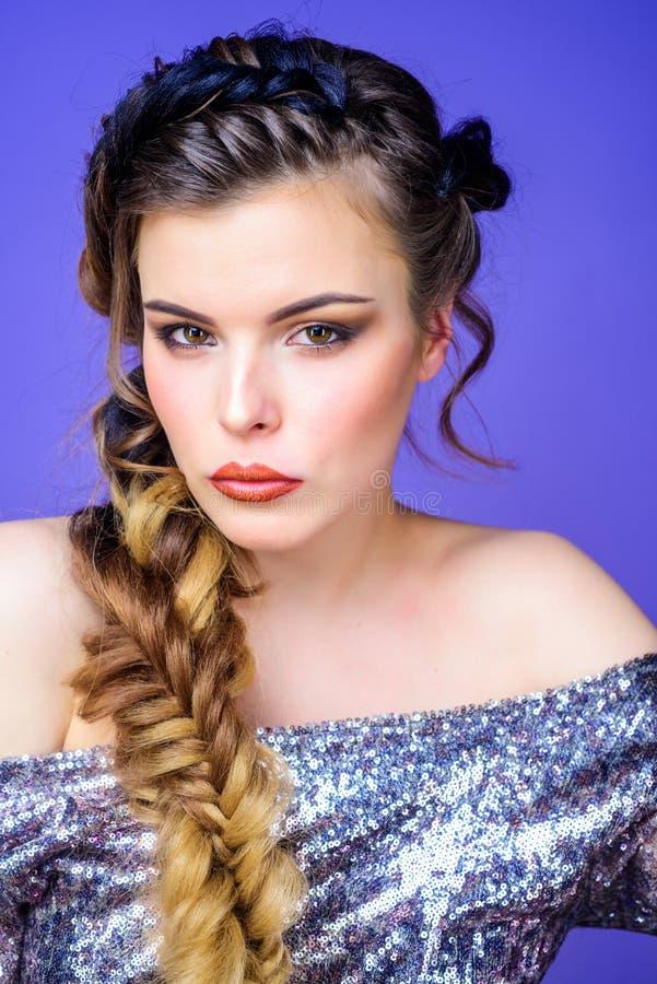 Gevlecht kapsel Mooie jonge vrouw met modern kapsel Het gevlechte lange haar van de meisjesmake-up gezicht Franse vlecht stock foto's