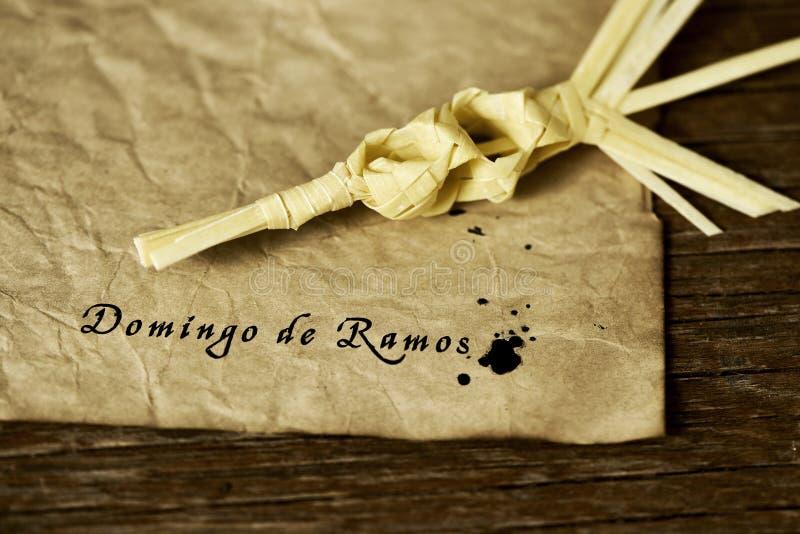 Gevlechte palm en tekst Domingo de Ramos, Palmzondag in het Spaans stock foto's