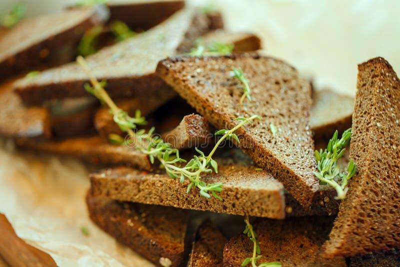Gevlekte stukken roggebrood met olijfolie, knoflook en rozemarijn royalty-vrije stock foto's