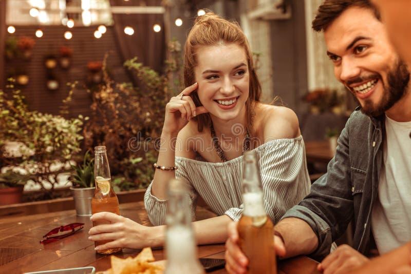Gevochten wijfje die een drank met vrienden hebben bij de bar royalty-vrije stock foto